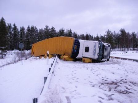 Bil och trailer lastad med IKEA-varorsom vält över ett vägräcke i Kattbo.