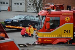 Bilden visar bärgare som låter en barnfamilj prova-på att lasta en bil på en bärgningsbil.