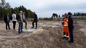 Representanter från Falu Kommun tittar på bygget av en ny räddningsstation i Falun.