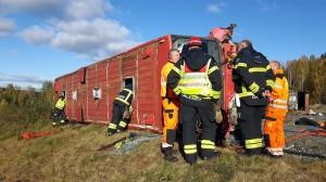 Bild på övning där en buss har tippat och Räddningstjänstens personal tillsammans med Assistancekåren i Dalarna övar på att tippa upp fordonet och rädda skadade.