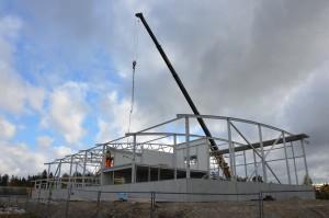 Bild på bygget av en ny räddningsstation vid Tallen i Falun. Takstolar och väggar börjar komma på plats.