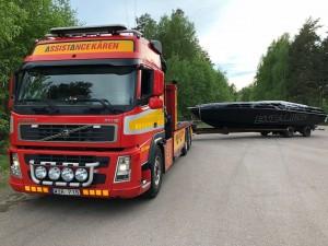 Assistancekårens bärgningsbil flyttar en båt i Dalarna.