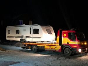 Assistancekårens bärgningsbil flyttar en husvagn i Dalarna.